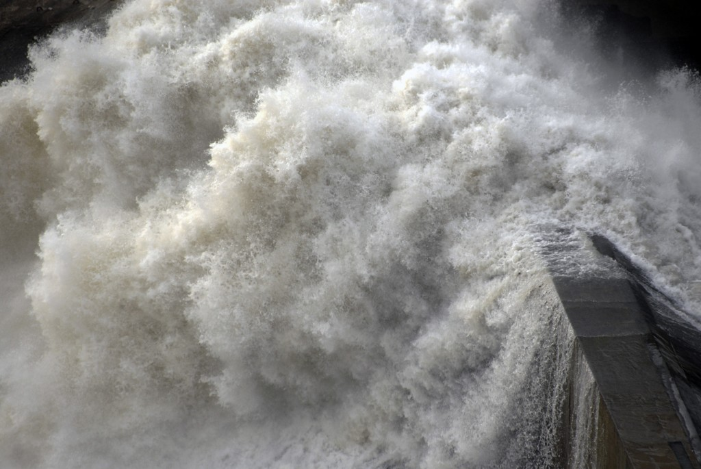 water force on dam